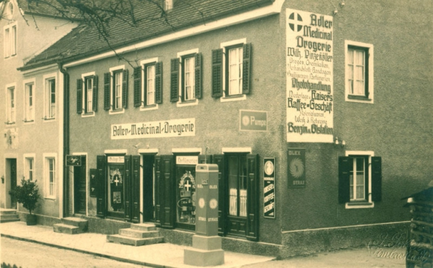 Die Drogerie Pinzennöller in der Kirchenstraße, um 1930