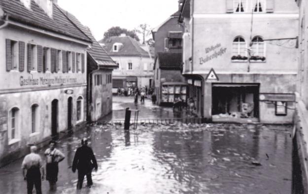 Kaufhaus Wilhelm Bukenhofer und Gasthaus Matthias Wimmer in der Innstraße beim Hochwasser 1954