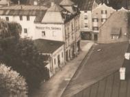 Die Maximilianstraße beim Rathaus Richtung Innstraße mit dem Kaufhaus Grüneis, um 1925