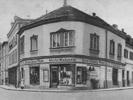Ansicht des Kurz- und Galanteriewarengeschäfts von Martin Wiedemann an der Ecke Inn- und Münchnerstraße, um 1900