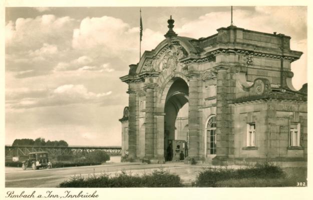 Seitliche Aufnahme des Brückenportals mit der Eisenbahnbrücke, um 1940