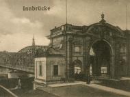 Seitliche Ansicht des Simbacher Brückenportals mit Brunnen unterhalb der Brücke, um 1913