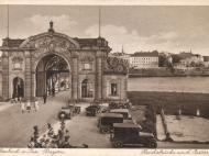 Ansichtskarte mit Grenzverkehr vor dem Simbacher Brückenportal, um 1933