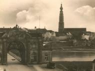 Simbacher Brückenportal mit Teil der Braunauer Altstadt und Kirche im Hintergrund