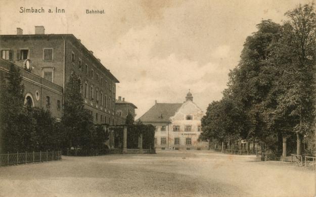 Ansicht des Bahnhofsplatzes mit Bahnhof und Postamt