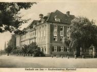 Das Haus Mariental mit Kriegerdenkmal im Vordergrund und Braunauer Kirche im Hintergrund, um 1935