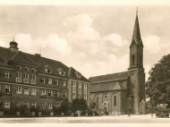 Ansicht des Kirchenplatzes mit Knabeninstitut Mariental und Kirche