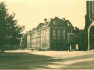 Das Haus Mariental von der Maximilianstraße aus gesehen mit Wittelsbacher Eiche und Kriegerdenkmal