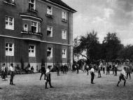 Schüler der Knabenschule Mariental beim Spiel im Garten beim südlichen Flügel des Gebäudes (Archiv Geiring)