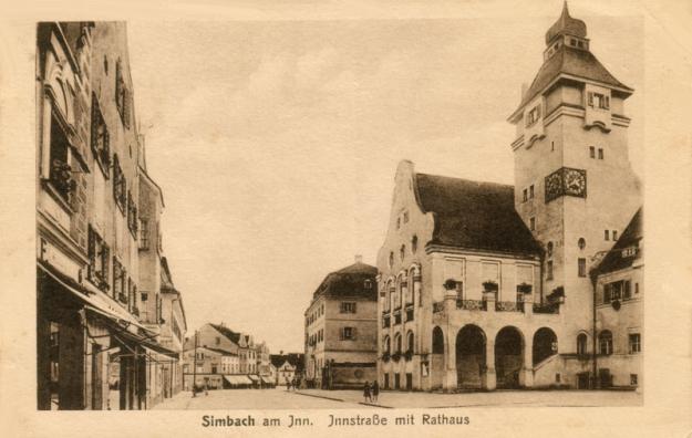 Die Innstraße beim Rathaus und der Stadtapotheke, um 1920