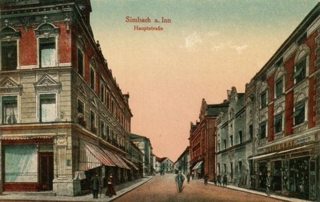Innstraße zwischen Gemeindehaus und Stachus, mit dem Kaufhaus Mühldorfer und der Eisenwarenhandlung Josef Graf