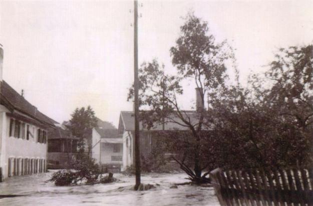 Simbach-Hochwasser 1938 im Kreuzberger Weg, mit Blickrichtung Bachstraße (Archiv Huber)