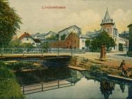 Ansicht der Kreuzung Passauer Straße, Bachstraße und Lindenstraße am Simbach mit Sedansbrunnen, um 1905